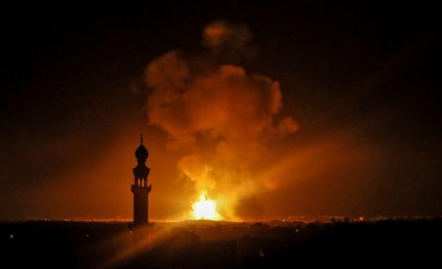 Ledakan serangan udara oleh Israel di Rafah di Jalur Gaza selatan, Palestina. Foto: AFP/SAID KHATIB